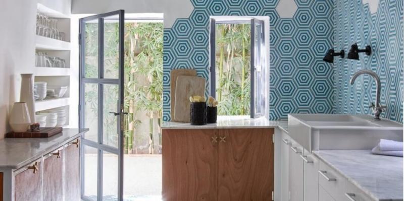 crédence de cuisine avec des carreaux de ciment hexagonaux bleu
