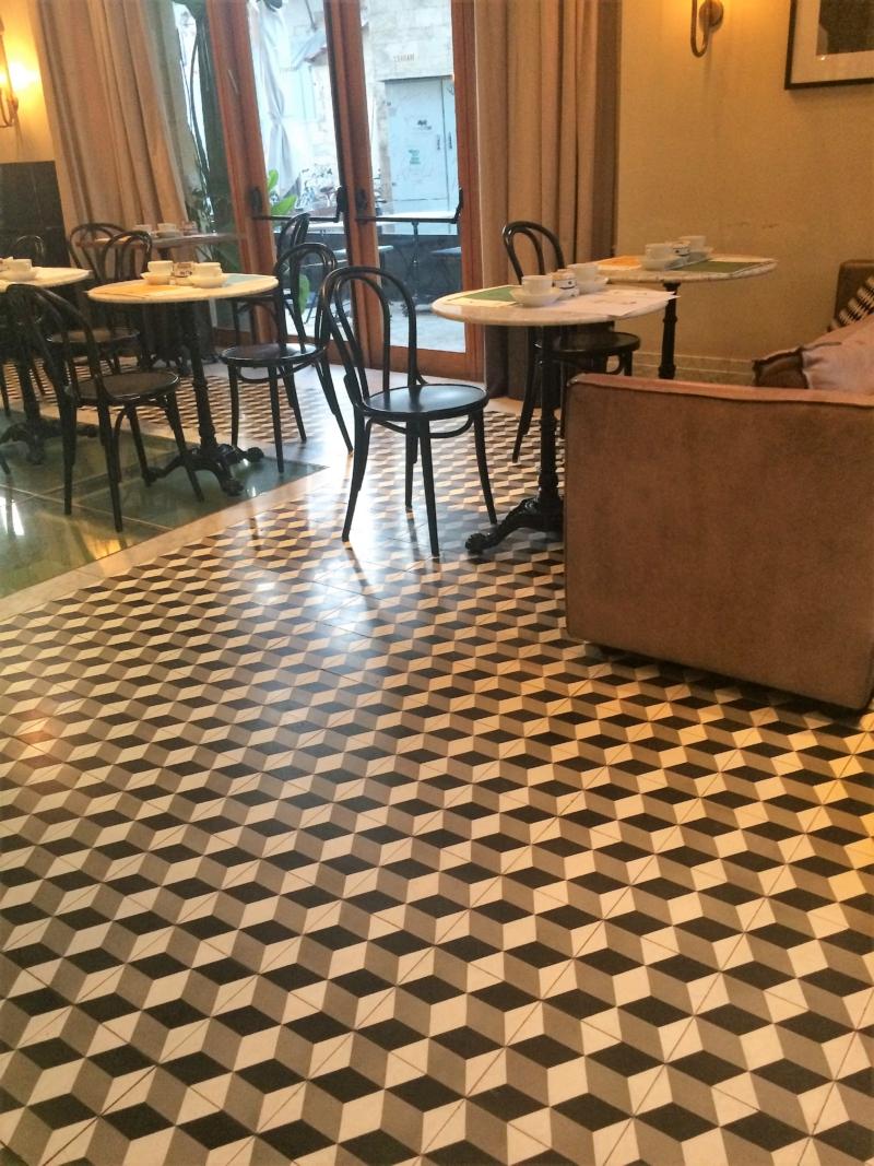 carreaux de ciment graphique géométrique sur le sol d'un restauraurant à Paris 75004 par Cimenterie de la Tour