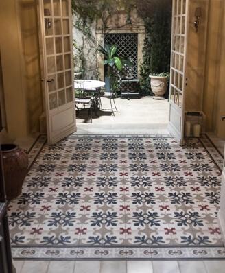 Carreaux de ciment floral ancien dans un hall à Sète 30, par Cimenterie de la Tour