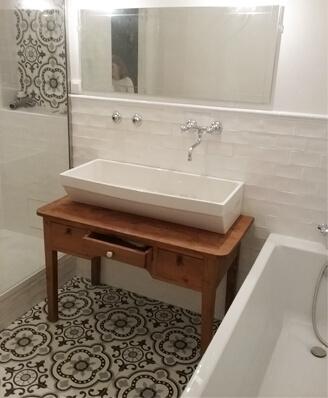 Sol de salle de bain en carreaux de ciment floral ancien à Pignan (34) par Cimenterie de la Tour