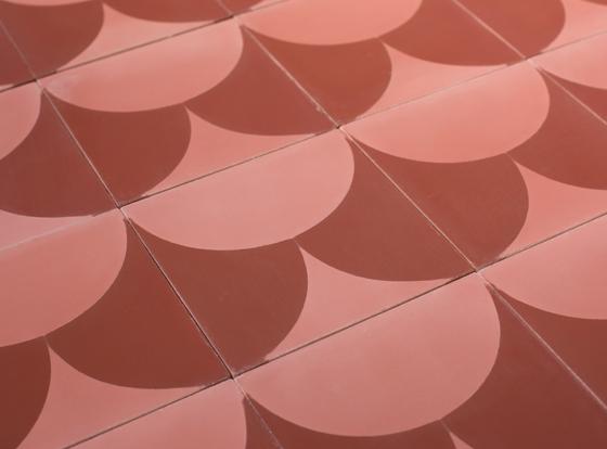 Carreau de ciment moderne designés par Piergil Fourquié à Paris et édités par Cimenterie de la Tour