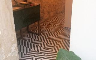Carreaux de ciment motifs graphiques sur le sol d'un restaurant à Rouen 76, Cimenterie de la Tour