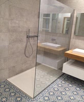 Salle de bain aux carreaux de ciment floraux à Biscarrosse 40600, par Cimenterie de la Tour