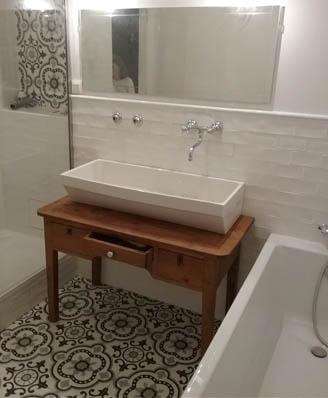 Bathroom in floral cement tiles black and white Bradford England Cimenterie de la Tour