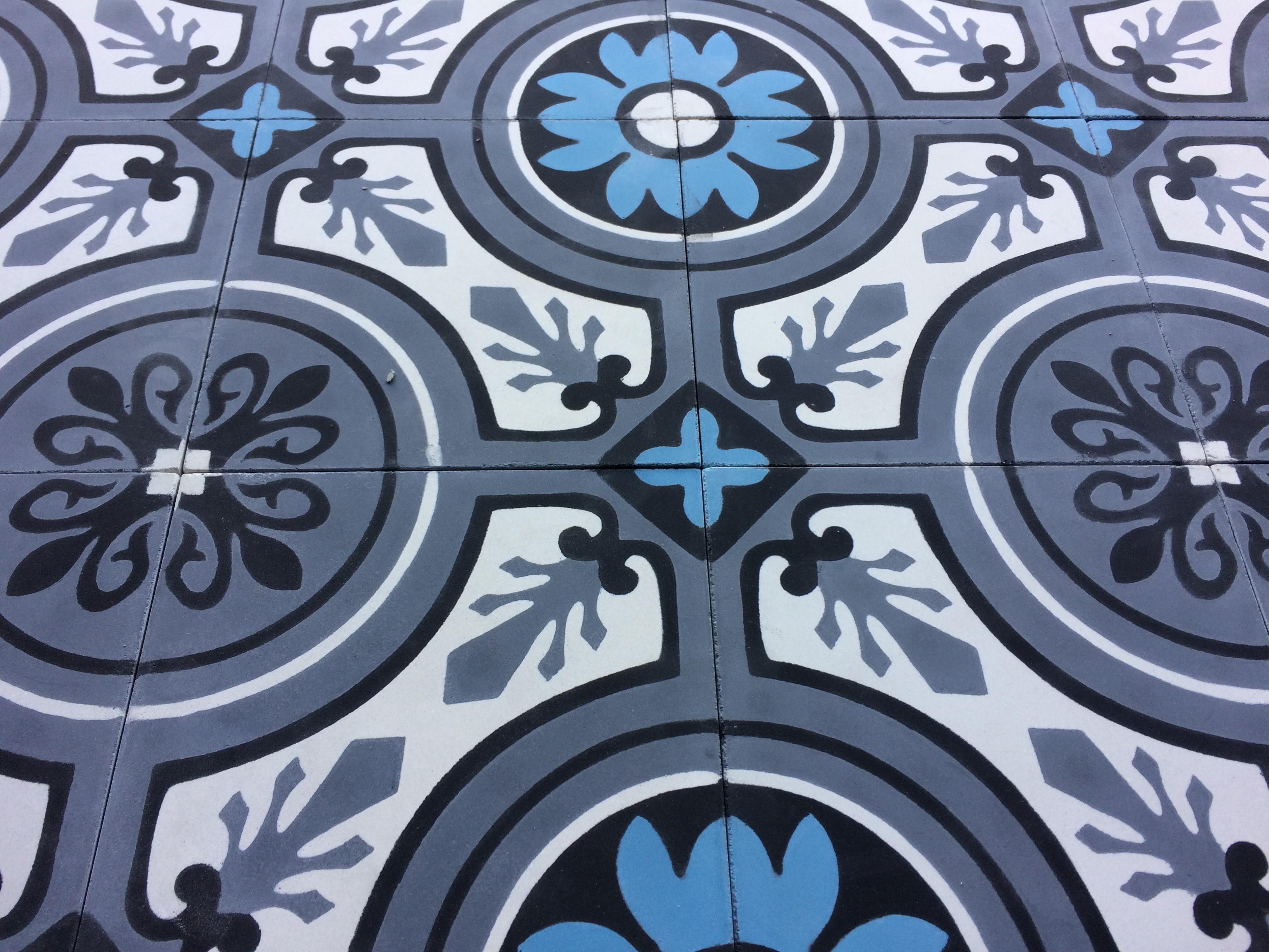Carreaux de ciment floral ancien sur le sol d'une cuisine à Besancon par Cimenterie de la Tour