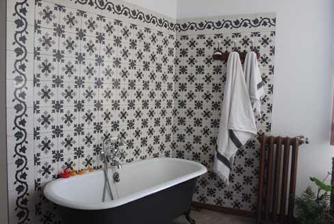 Carreaux de ciment sur les murs d'une salle de bain à Paris 75, Cimenterie de la Tour
