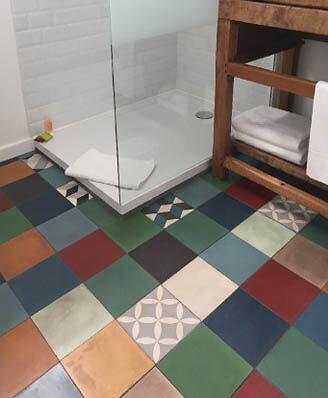Patchwork salle de bain carreaux de ciment au Mas Roubel Saint-Gilles 30, Cimenterie de la Tour