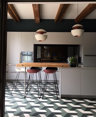 Carreaux de ciment hexagonaux sur le sol d'une cuisine à Montpellier par Cimenterie de la Tour