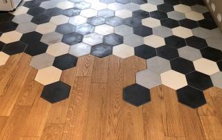 carreaux de ciment hexagonaux sur le sol d'une cuisine