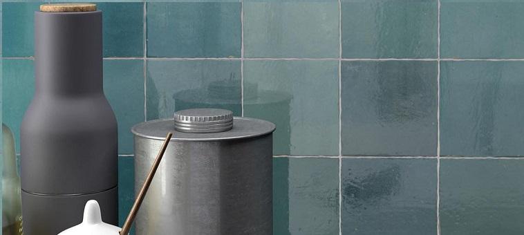 zellige bleu sur un mur de salle de bain