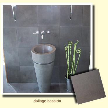 sol d'une salle de bain en pierre grise