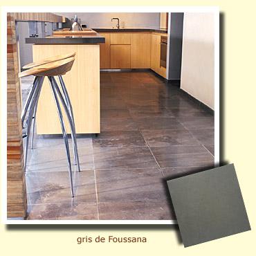 pierre gris de foussana sur le sol d'une cuisine