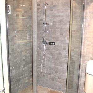 Pierre lave grabels sur les murs d'une douche