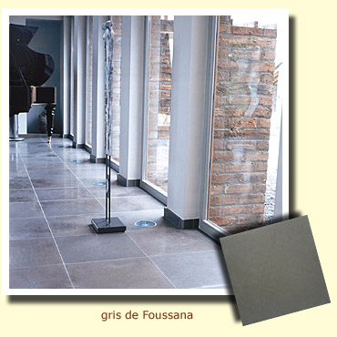sol d'une cuisine en pierre naturelle grise