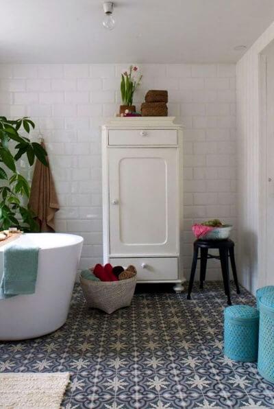 carreaux de ciment bleu sur le sol d'une salle de bain