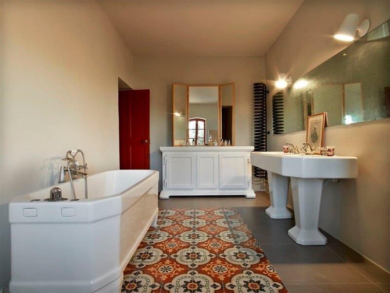 carreaux de ciment pour une grande salle de bain