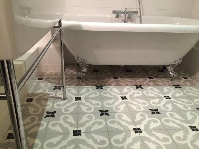 carreaux de ciment pour une salle de bain classique
