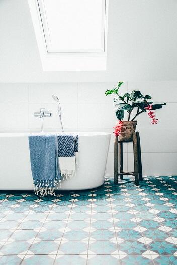 sol de salle de bain en carreaux de ciment bleu