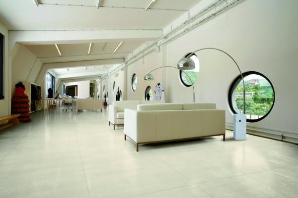Carrelage blanc sur le sol d'un séjour