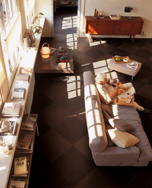 carrelage marron sur le sol d'un séjour