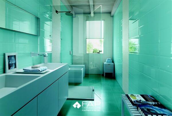 Faiences colorées dans une salle de bain