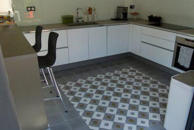 sol de cuisine avec des carreaux de ciment