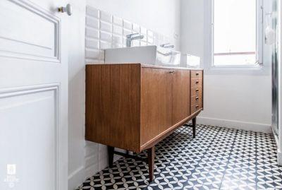 sol de salle de bain avec des carreaux de ciment floraux
