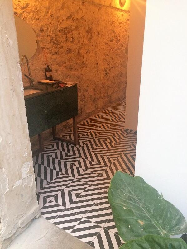 carreaux de ciment géométrique noir et blanc sur le sol d'un hall