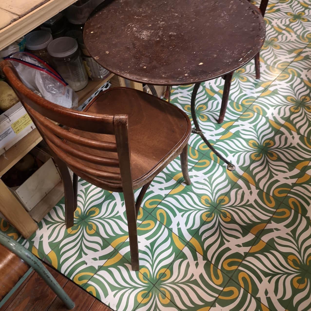 Carreaux de ciment vert sur le sol d'une cuisine