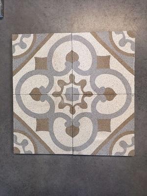 granito colorés à motifs sur le sol d'une cuisine