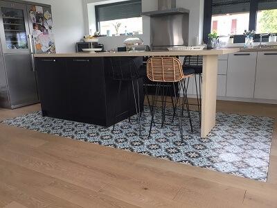 sol de cuisine avec des carreaux de ciment anciens à paris