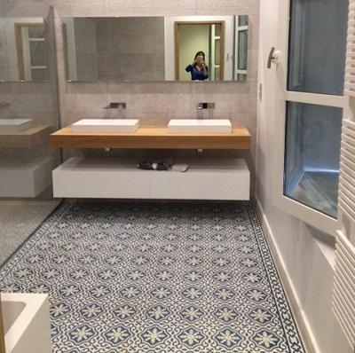 carreaux de ciment sur le sol d'une salle de bain à paris