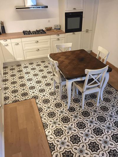 carreaux de ciment authentique sur le sol d'une cuisine à paris