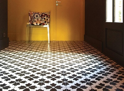 carreau de ciment noir et blanc floral sur le sol d'une entrée