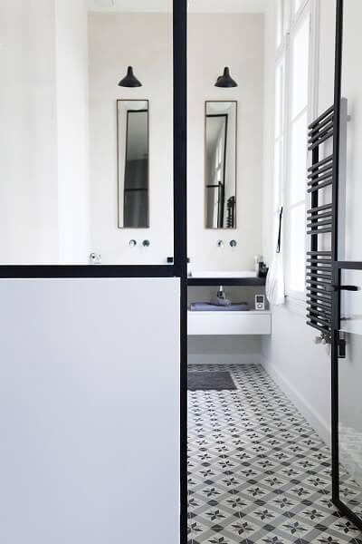 salle de bain avec des carreaux ciment traditionnels