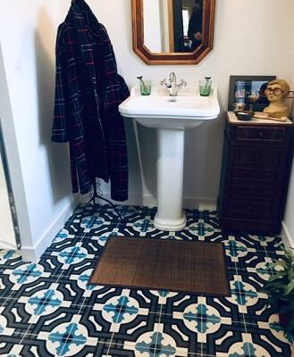 carreaux de ciment géomtriques bleu sur le sol d'une salle de bain à Chambéry