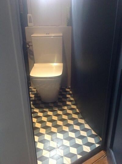 carreaux ciment géométriques dans un WC