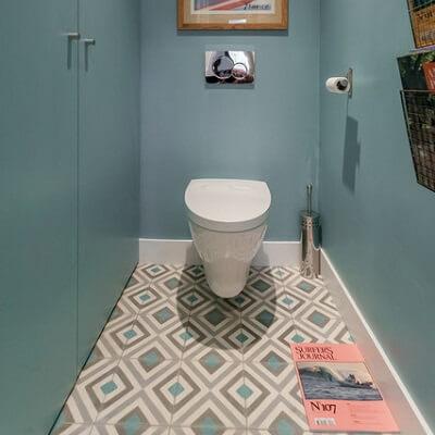 carreaux de ciment géométriques bleus dans les WC