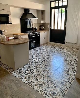 Sol d'une cuisine avec des carreaux de ciment anciens et modernes à Chambery