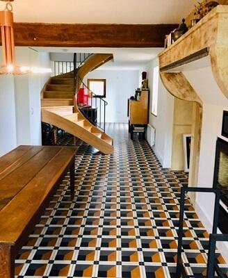 Séjour ouvert sur la cuisine avec des carreaux de ciment modernes à Chambery