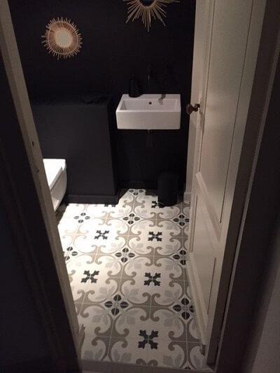 carreaux de ciment traditionnels dans les wc