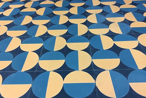 carreau de ciment géométrique bleu et jaune Lyon