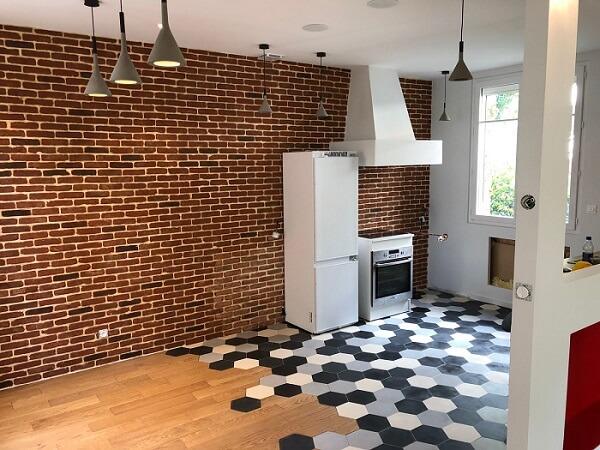 patchwork de carreaux de ciment industriels sur le sol d'une cuisine