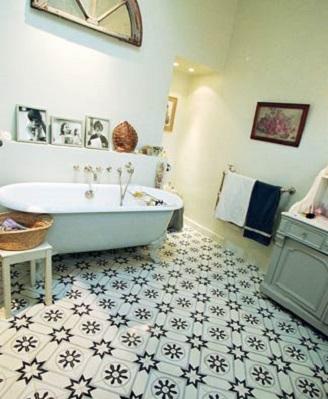Carreau ciment et carrelage dans une salle de bain ...