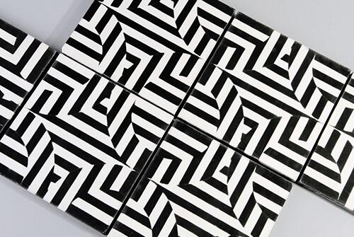 carreaux de ciment géométrique rayé noir blanc