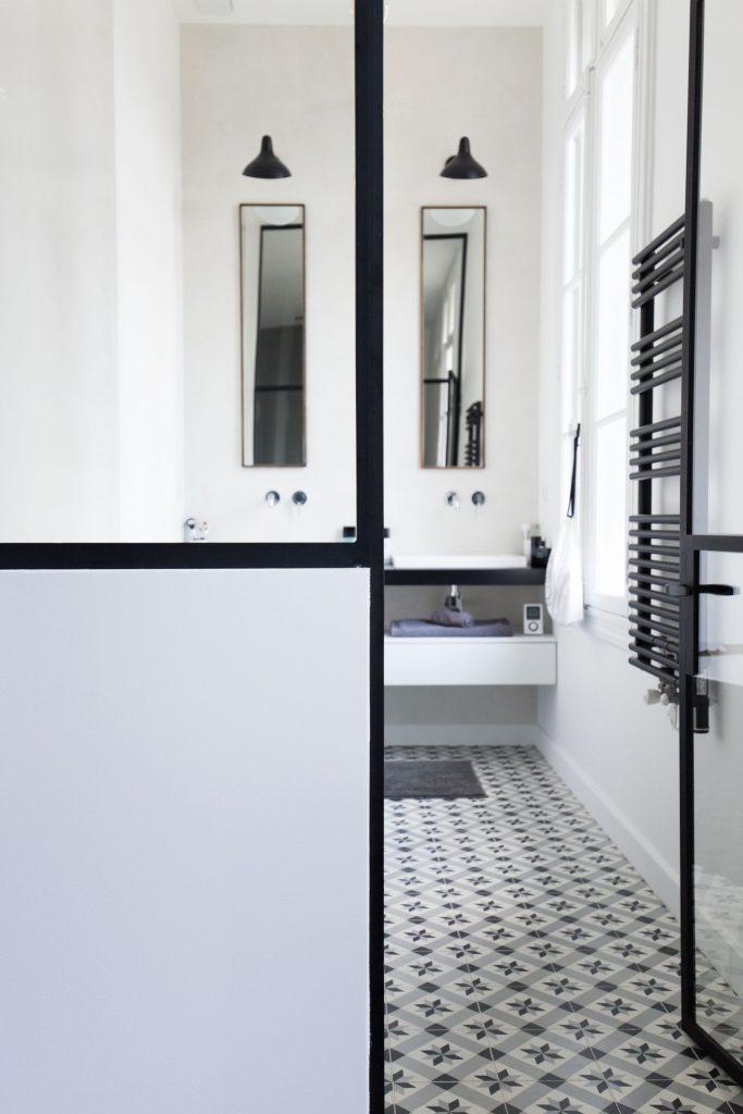 Les carreaux de ciment dans une salle de bain